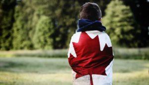 niño con la bandera de Canada