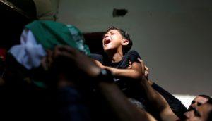 niño palestino llora la muerte de su hermano